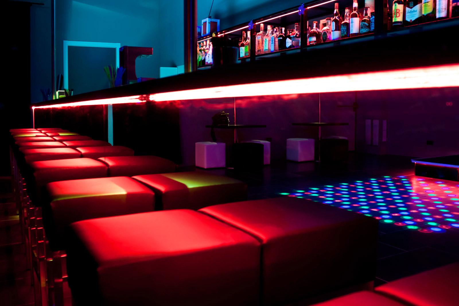 Barra y taburetes discoteca